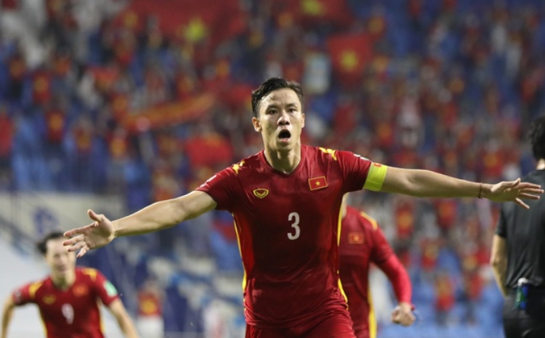 The opponent's striker defiantly challenged, Que Ngoc Hai responded with a penalty that engulfed the opponent 2