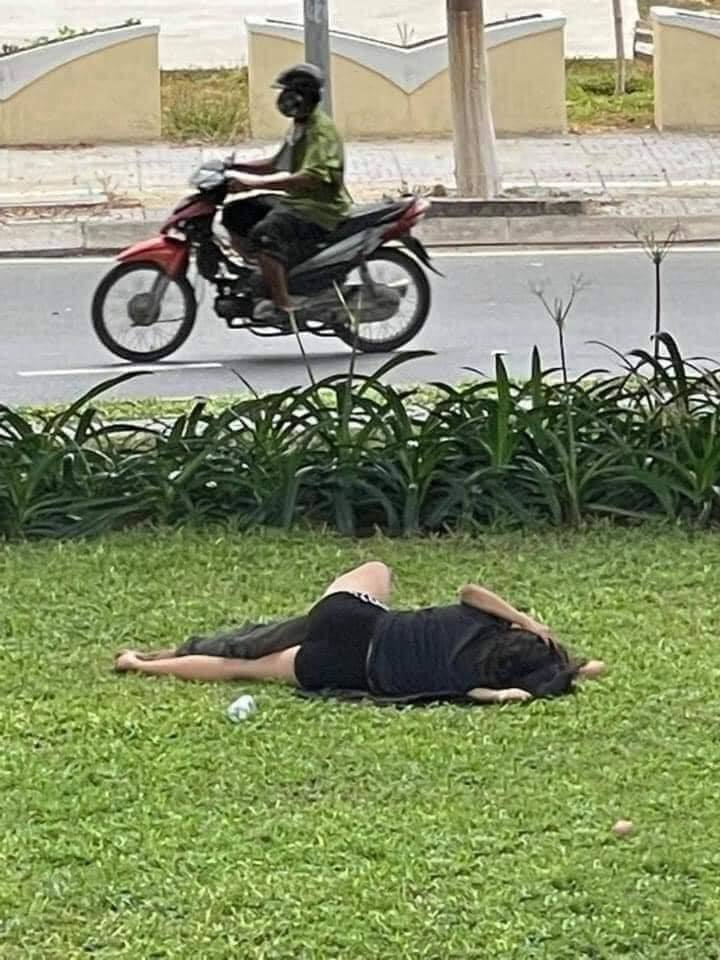 The couple casually lay hugging and kissing on the grass, fans: 'It's true that how many people are normal when it comes to love'?  2