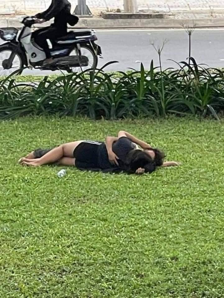 The couple casually lay hugging and kissing on the grass, fans: 'It's true that how many people are normal when it comes to love'?  3