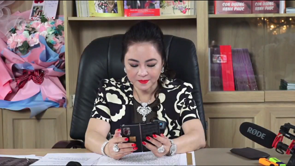 In addition to the diamond ring, the female giant Phuong Hang also showed off 2 super phones during livestream 2