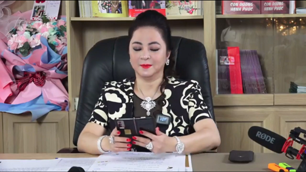 In addition to the diamond ring, the female giant Phuong Hang also showed off 2 super phones during the 3rd livestream