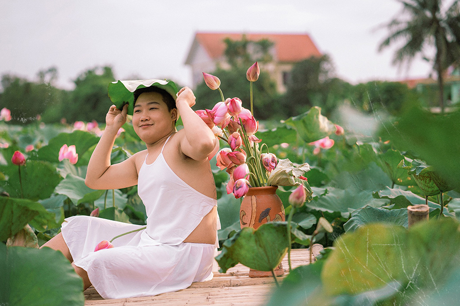 Stirring the lotus season when wearing a shy white bib, the young man makes the sisters also have to say hello 3