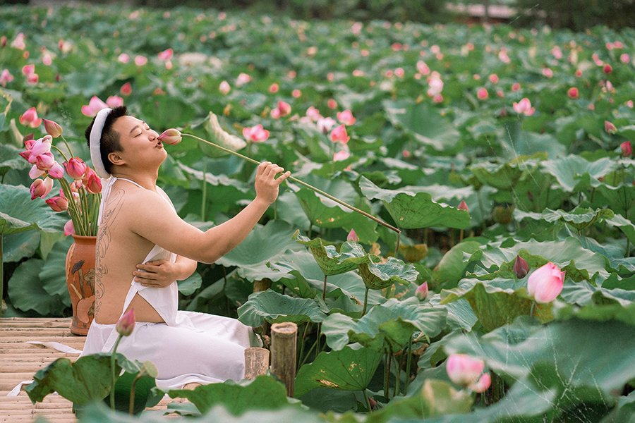 Stirring up the lotus season when wearing a shy white bib, young men make the sisters also have to say hello 4