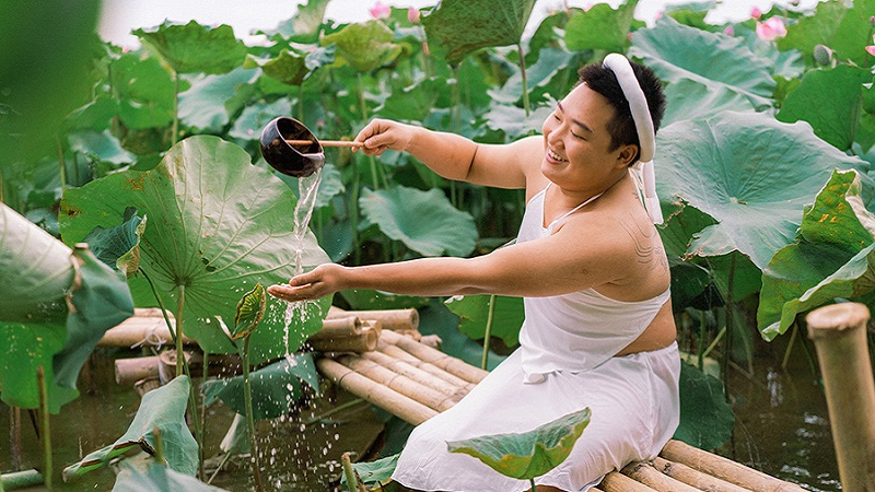 Stirring up the lotus season when wearing a shy white bib, the young man made the sisters also have to say hello 5