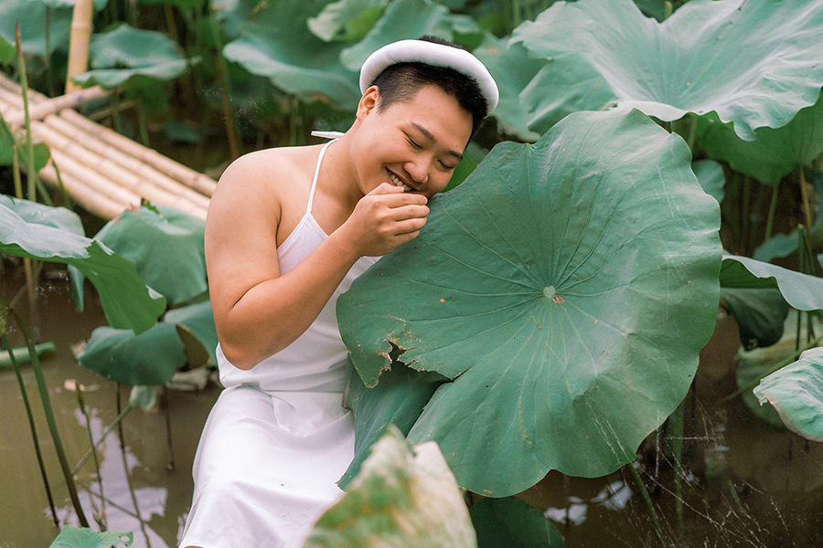 Stirring up the lotus season when wearing a shy white bib, the young man makes the sisters also have to say hello 7