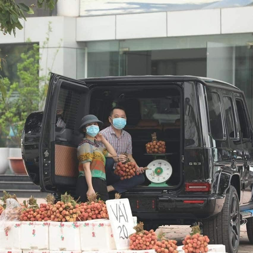 Couple selling lychee on the sidewalk by 'ground plane' for 10 billion, CDM: 'Sell for passion, not profit'