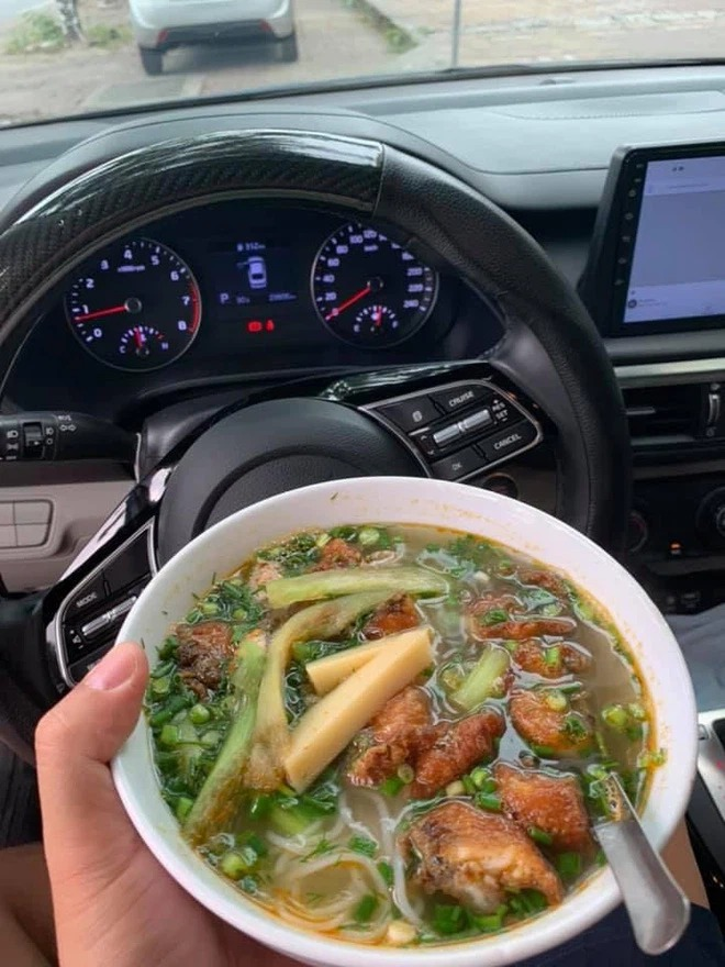Craving the feeling of having breakfast at the restaurant, the rich family competed to show off their bowls of pho and vermicelli that 'swept up with the smell of money' 3