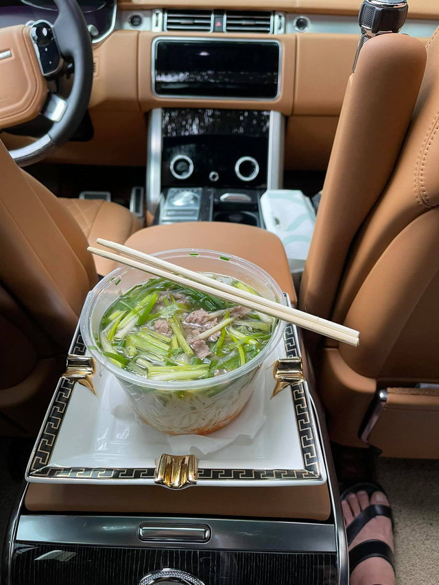 Craving for the feeling of having breakfast at the restaurant, the rich group competes to show off their bowls of pho and vermicelli that 'suffocates with the smell of money' 4