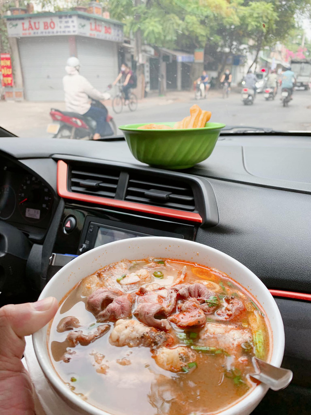 Craving for the feeling of having breakfast at the restaurant, the rich group competes to show off their bowls of pho and vermicelli that 'suffocates with the smell of money'