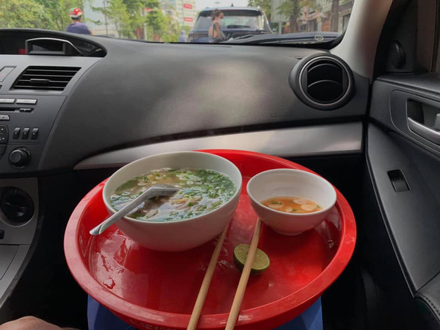 Craving for the feeling of having breakfast at the restaurant, the rich family competed to show off their bowls of pho and vermicelli that 'swept up with the smell of money'