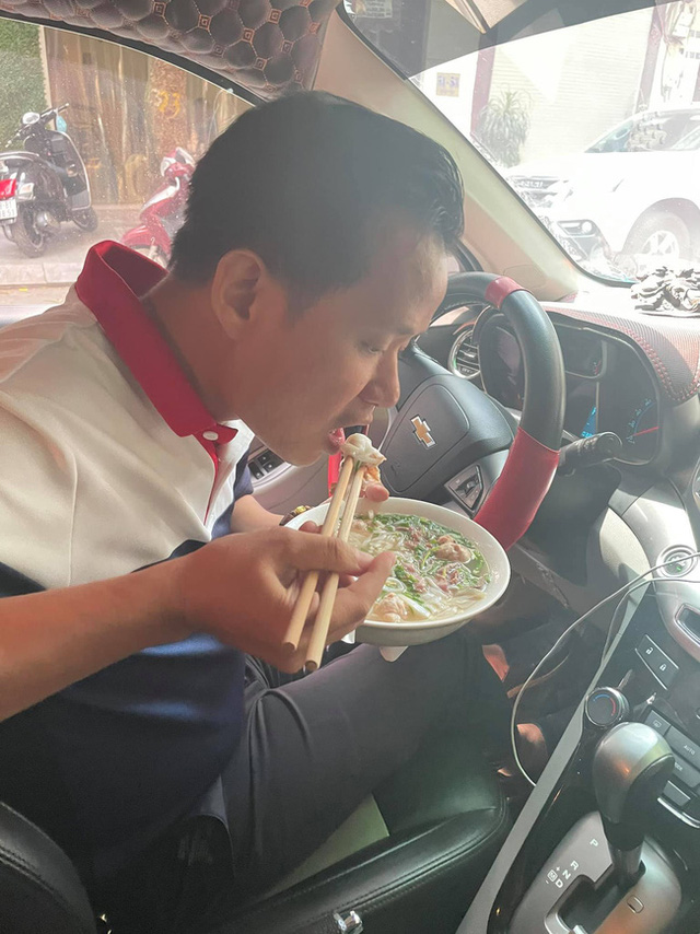 Craving for the feeling of having breakfast at the restaurant, the rich group competes to show off their bowls of pho and vermicelli that 'suffocates with the smell of money' 7