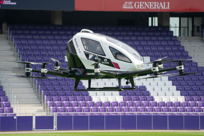 China's self-driving flying taxi successfully carried out a flight carrying 2 passengers 3