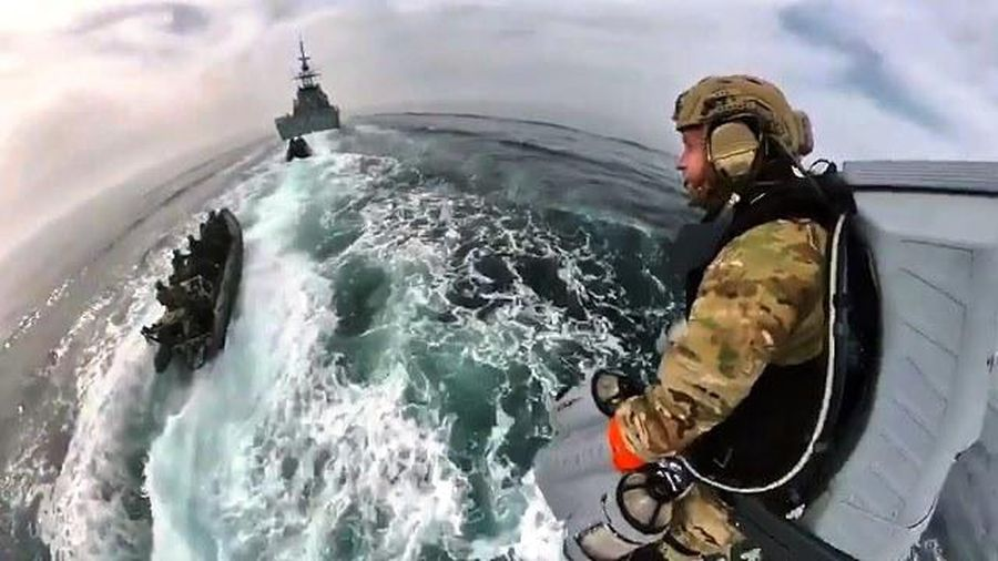 Special equipment helps British Royal Marines fly like birds in the sea 2