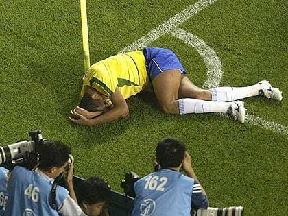 Bitter for Malaysia, the Chinese newspaper again compared Van Toan's fall with Rivaldo's life-long hit 5