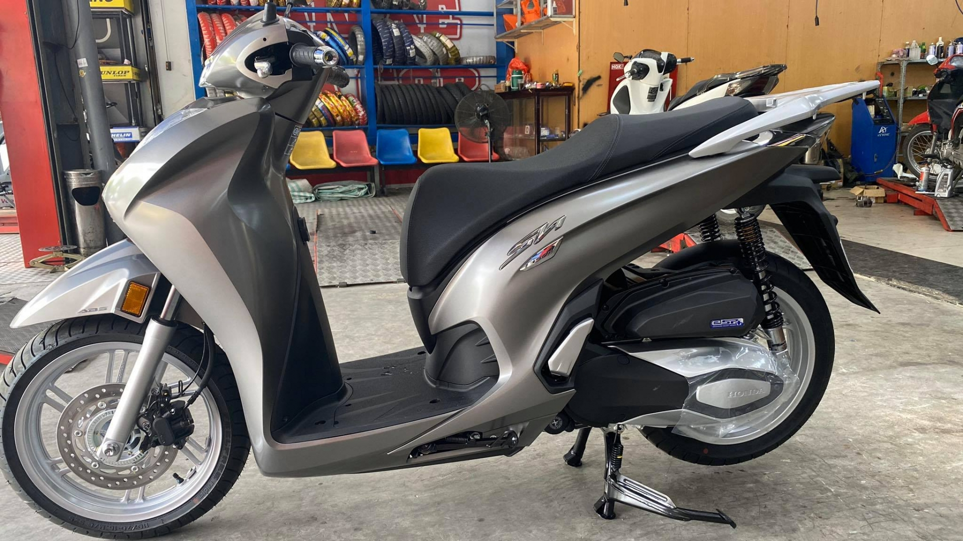 The first SH 350i is available in Vietnam: The scooter is only for real giants 2