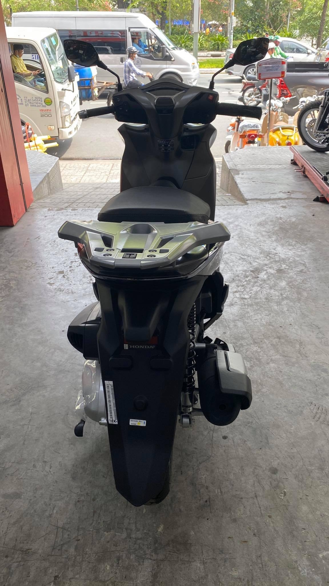 The first SH 350i is available in Vietnam: The scooter is only for real giants 4