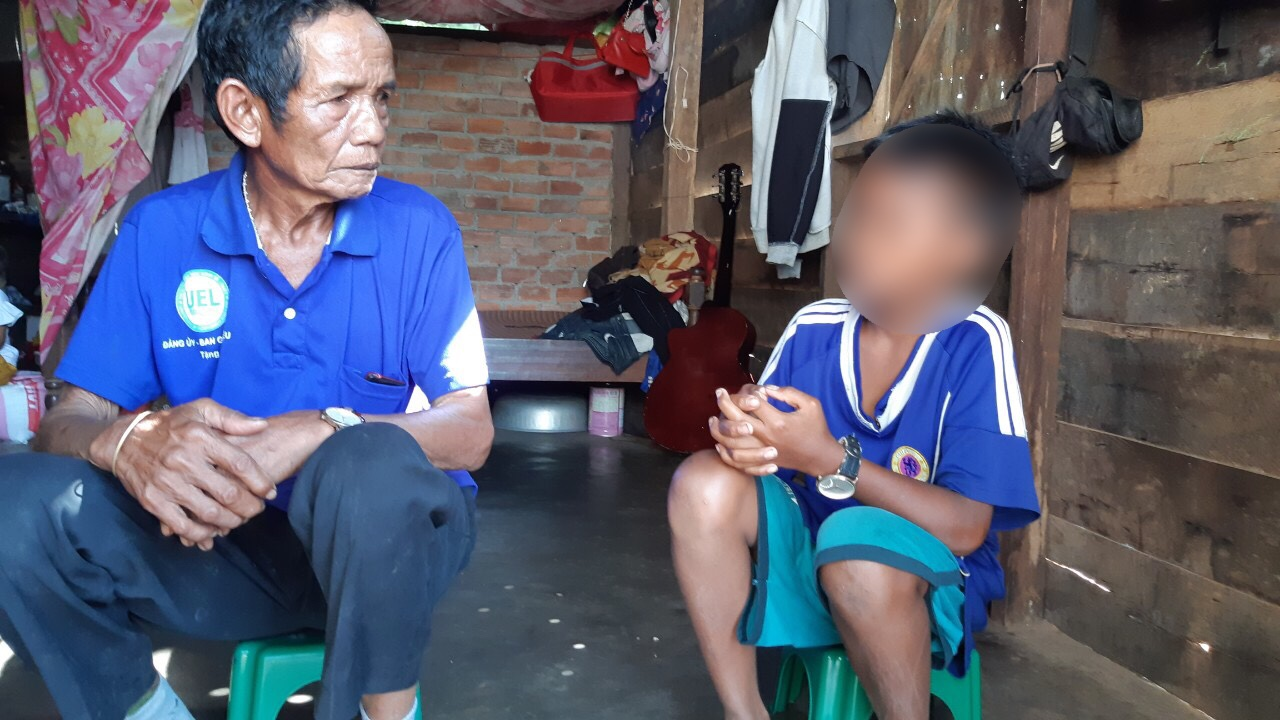 Poor student without parents, can't go to school just because he lacks 550,000 VND to submit to the Principal 3