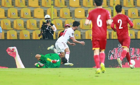 Ignoring the penalty situation of the Vietnamese team, the referee was messed up by fans on his personal page 2