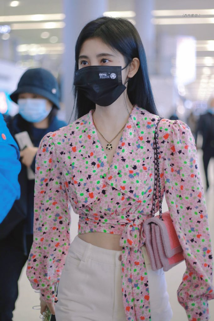 The outfits that prove the surreal 'waist' of Cuc Tinh Y 7