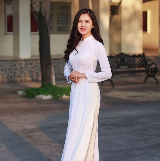 Surprised with the beautiful face of his wife Que Ngoc Hai even though she has given birth 1 time