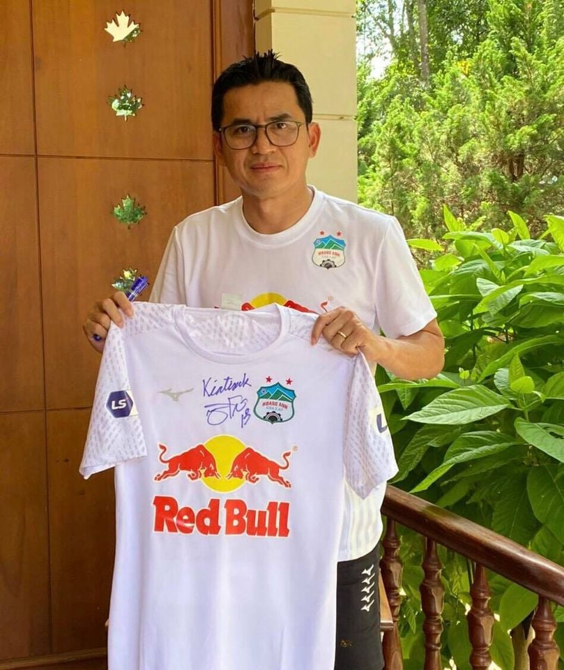 Coach Kiatisuk contributed more than 200 million VND to the COVID-19 fight fund in Ho Chi Minh City 2