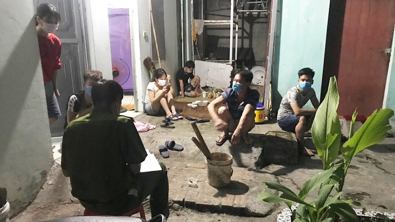 Gathering to watch football in the middle of the epidemic season, the landlord and 6 tenants were fined 105 million VND 1