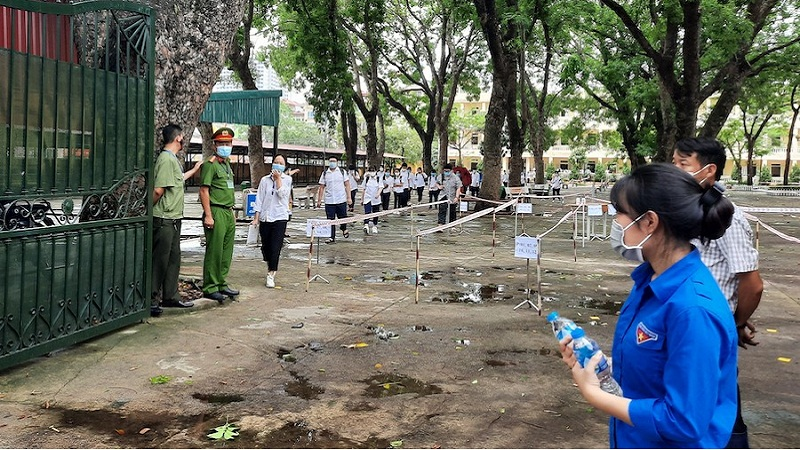 Grade 10 exam in Hanoi: 38 candidates and 17 exam officials are absent because of the COVID-19 epidemic 1