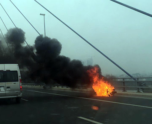 Honda SH car on fire on Nhat Tan bridge, of a pile of money gone in an instant 2
