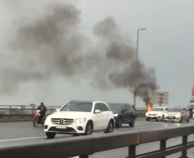 Honda SH car on fire on Nhat Tan bridge, a pile of money left in an instant 1