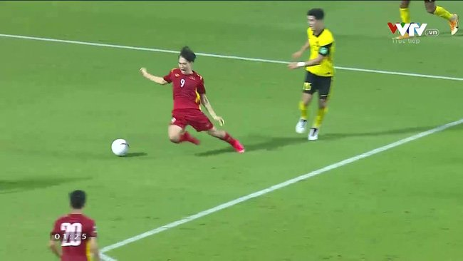 Malaysian fans meticulously recreated the situation in the game to mock Van Toan's 'stumbling on grass' 1