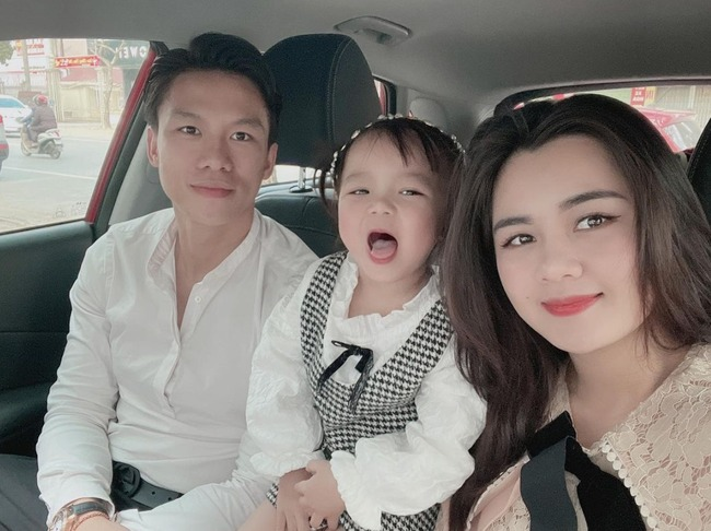 Surprised with the beautiful face of his wife Que Ngoc Hai even though she has given birth once
