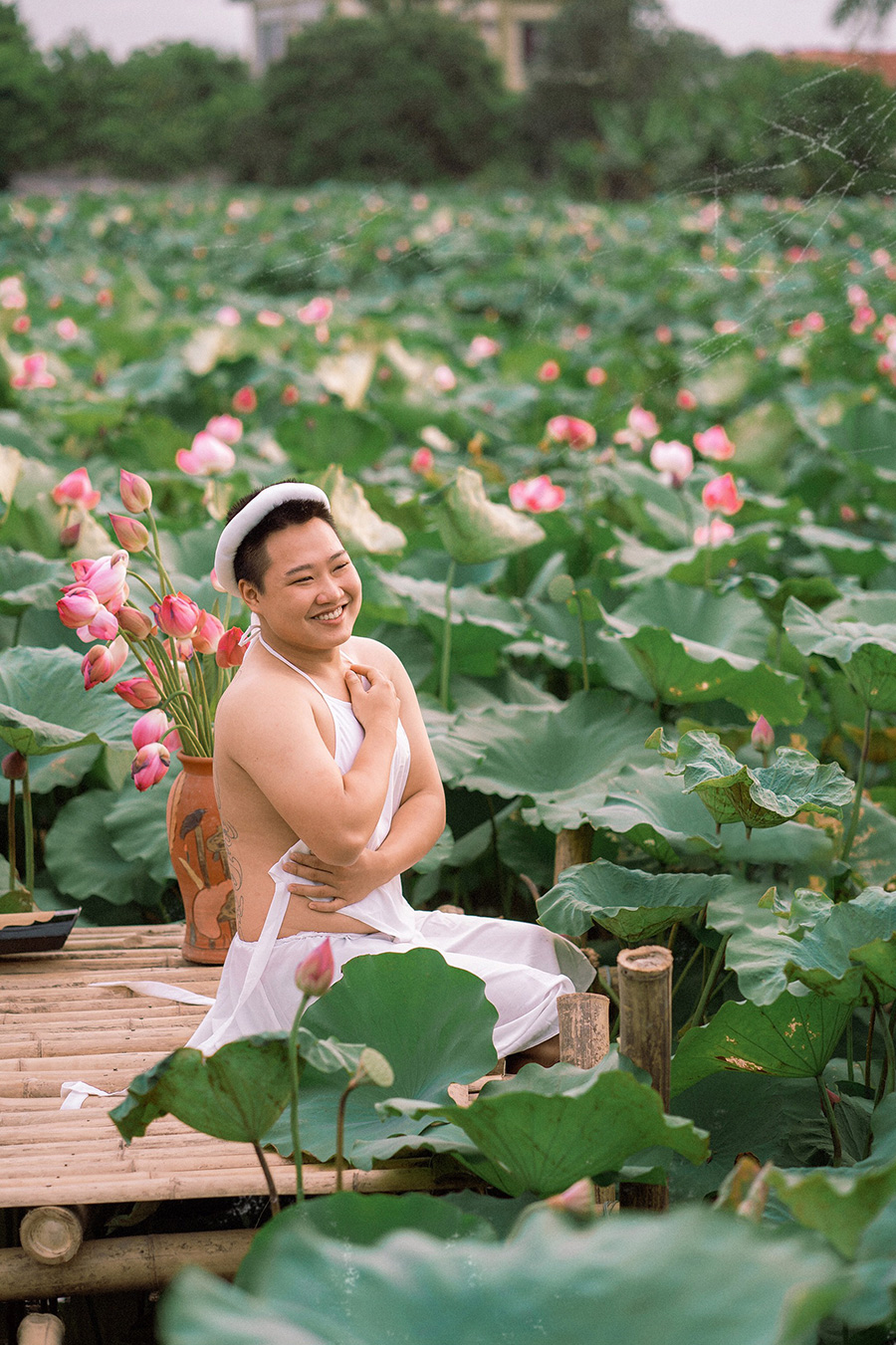 Stirring up the lotus season when wearing a shy white bib, young men make the sisters also have to say hello