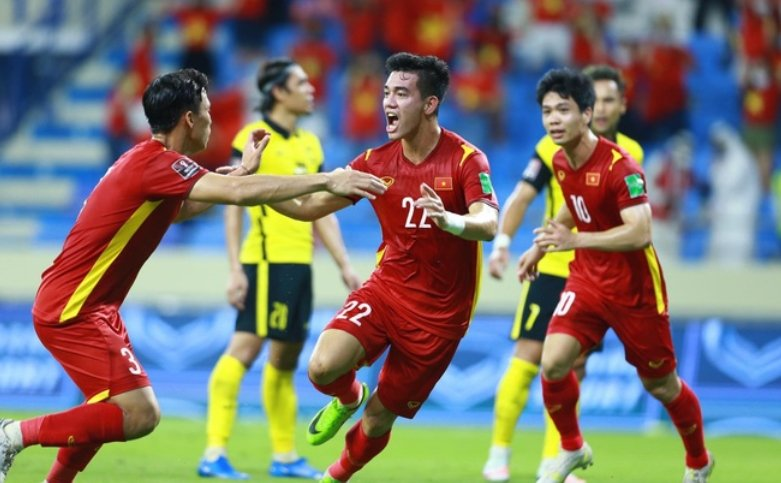 Tien Linh seemed to come up from the ground and hit the Malaysian net to open the score for the Vietnamese team 2