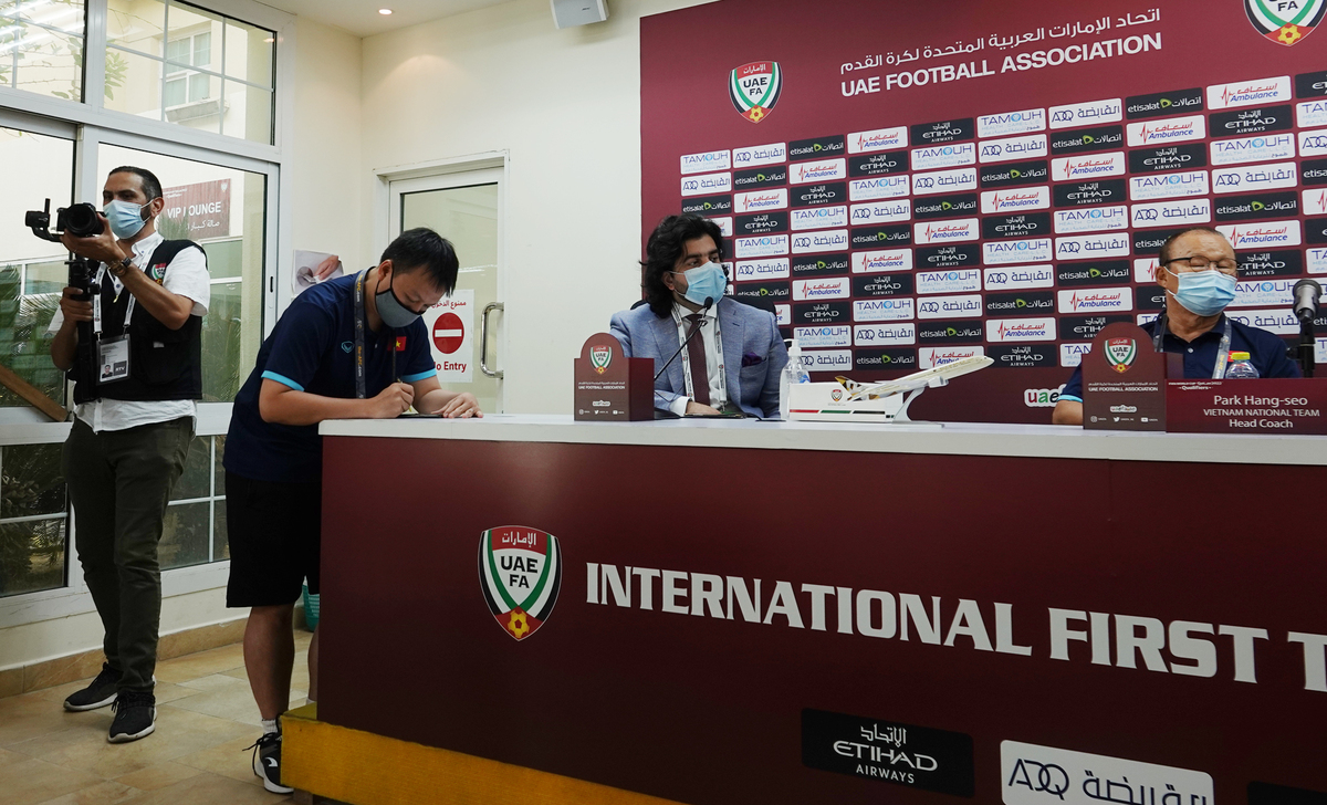 UAE reporter spying on Vietnam on the field, intending to film secret documents: Coach Park Hang-seo counterattacked too much