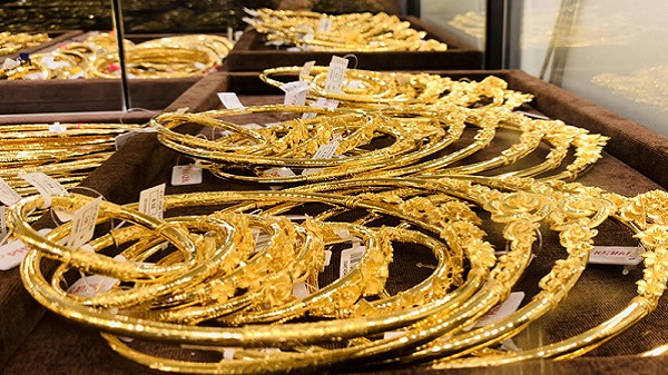 The latest gold price list today June 15: Dropped sharply to the lowest level of 1