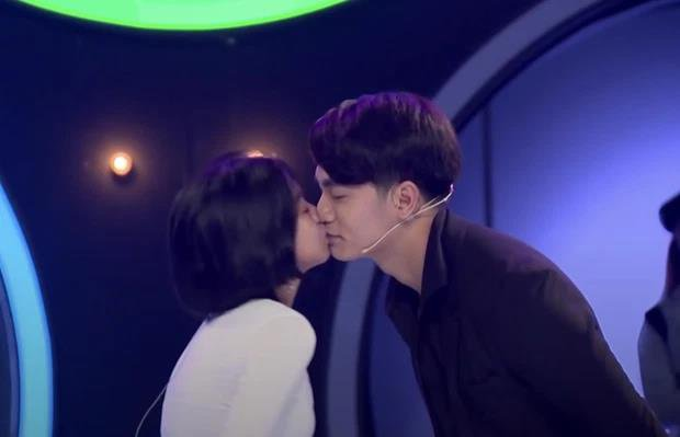 In addition to the passionate kiss, the pretty girl who was criticized by the 1m83 marshal for being easy also threw the 'hearing basket' too boldly 3