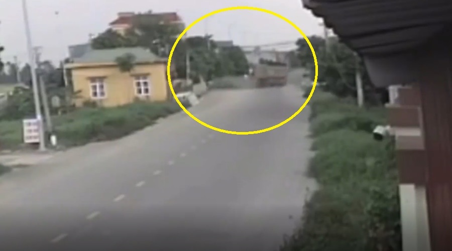 Video clip of a YouTuber group's suspected out-of-control car before the collision 4