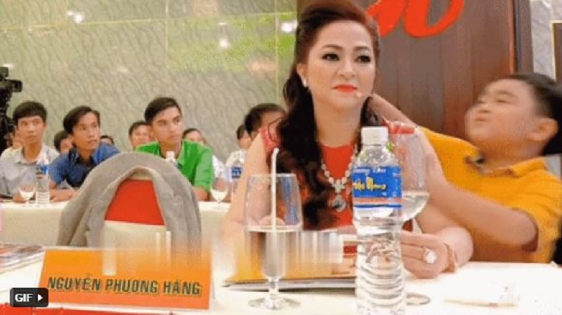 Mrs. Phuong Hang suddenly changed her face when someone approached and forced her to kiss 2