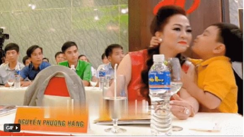 Mrs. Phuong Hang suddenly changed her face when someone approached forcibly kissed her 3