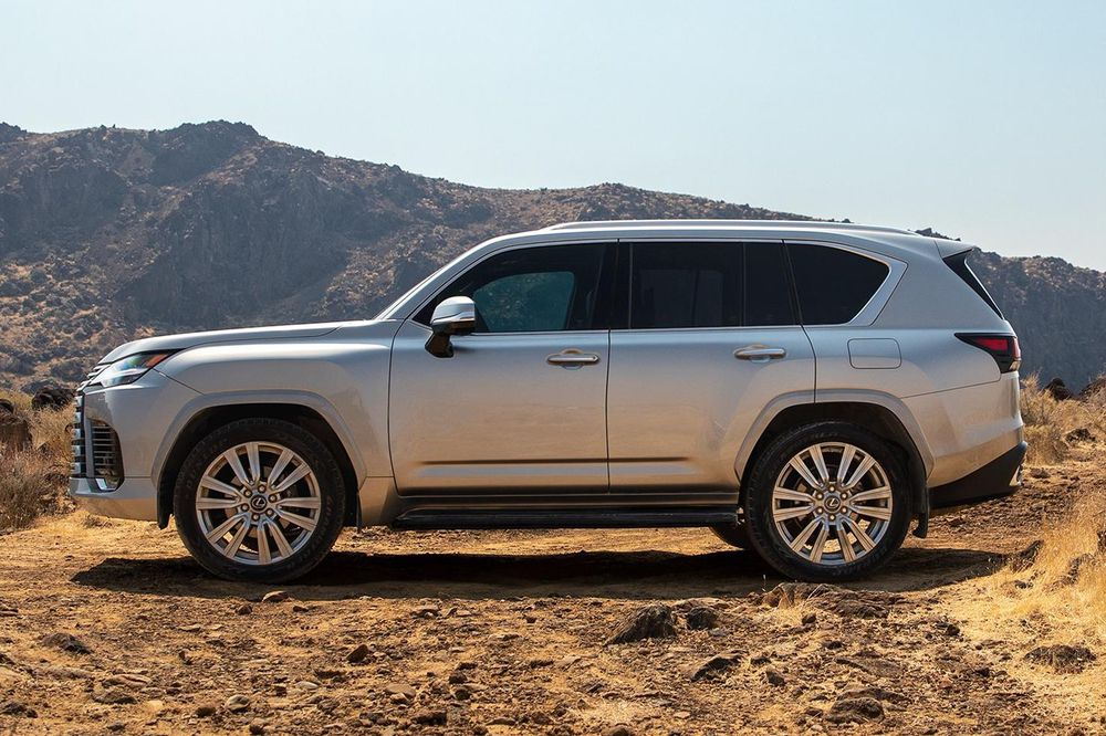 Admire the all-new Lexus LX 600, a luxury car that replaces the LX 570 3