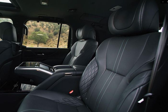 Admire the all-new Lexus LX 600, a luxury car that replaces the LX 570 6