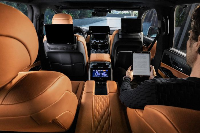 Admire the all-new Lexus LX 600, a luxury car that replaces the LX 570 7