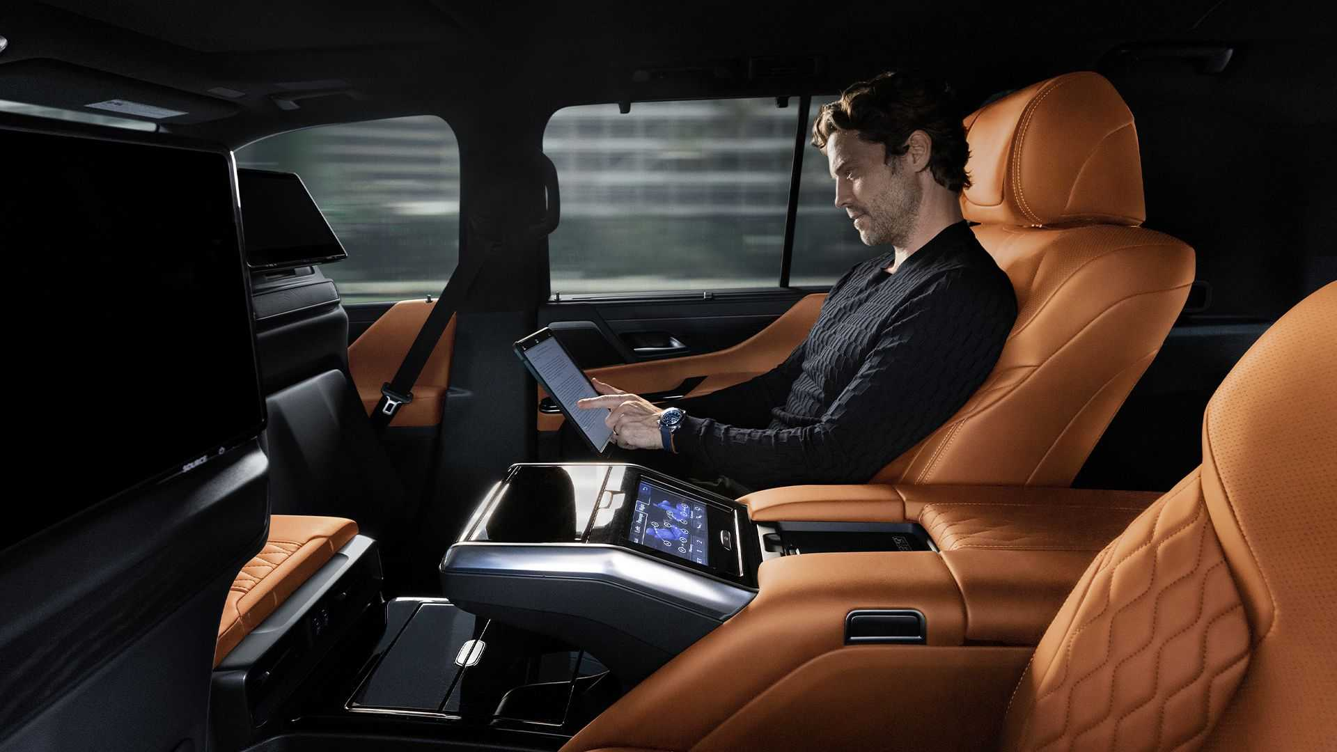 Admire the all-new Lexus LX 600, a luxury car that replaces the LX 570 10