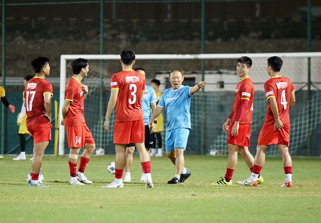 Captain Que Ngoc Hai left the training session unfinished, the risk of injury before the match against Oman 1