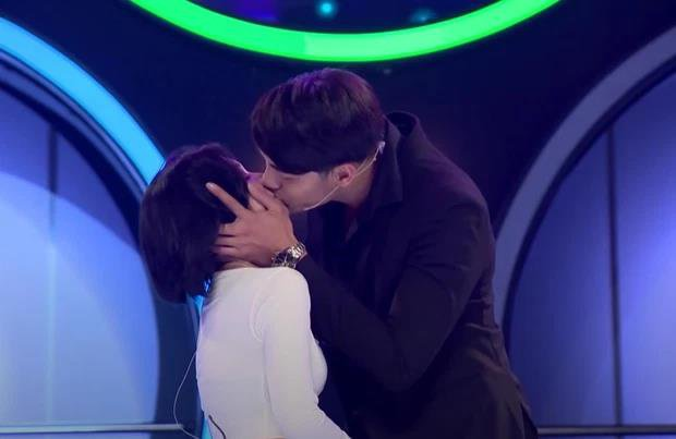 In addition to the passionate kiss, the pretty girl who was criticized by the 1m83 marshal for being easy also threw the 'hearing basket' too boldly 1